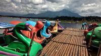 Saat libur panjang, banyak wisatawan mengunjungi Situ Bagendit di Kecamatan Banyuresmi, Kabupaten Garut, Jawa Barat. (Liputan6.com/Jayadi Supriadin)