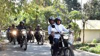 Presiden Jokowi membonceng Gubernur NTG TGB Zainul Majdi meninjau korban gempa Lombok.