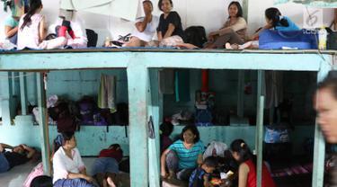 Sejumlah Pembantu Rumah Tangga (PRT) pengganti atau infal beraktivitas di salah satu penyedia jasa tenaga kerja di Jakarta, Senin (19/6). Menjelang lebaran, penyedia jasa pembantu infal mulai kebanjiran permintaan. (Liputan6.com/Immanuel Antonius)