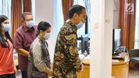 Presiden Joko Widodo atau Jokowi mengenakan masker saat menjenguk istri Presiden ke-6 RI Susilo Bambang Yudhoyono (SBY), Ani Yudhoyono di National University Hospital Singapore, Kamis (21/2). (Liputan6.com/HO/Biro Pers Setpres)