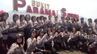 Kapolres Garut AKBP Budi Satria Wiguna bersama polwan calon penerjun binaan polres Garut (Liputan6.com/Jayadi Supriadin)