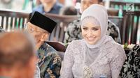 Aktris Shinta Bachir dalam acara lamaran di kawasan Bambu Apus, Jakarta, Sabtu (8/9). Shinta Bachir resmi dilamar oleh Idham Masse yang  merupakan anggota DPRD Sidrap  juga politikus Partai Golkar. (Liputan6.com/Faizal Fanani)