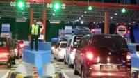 Kemacetan parah terjadi karena gardu tiket masuk tol Brexit rusak, Rabu (21/6/2017). (Liputan6.com/Fajar Eko Nugroho)