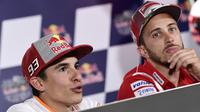Dua pebalap MotoGP, Marc Marquez (kiri) dan Andrea Dovizioso, pada sesi konferensi pers jelang MotoGP Spanyol, Jumat (4/5/2018). (AFP/Javier Soriano)