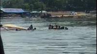 Perahu terbalik di Waduk Kedungombo, Boyolali. 9 orang dilaporkan hilang tenggelam. (Foto: Tengkapan layar video-Istimewa)