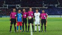 Kapten Persija Jakarta, Bambang Pamungkas, bersama kapten Johor Darul Ta'zim, Safiq Rahim, foto bersama wasit pada laga AFC Cup di Stadion Hassan Yunos, Johor, Rabu (14/2/2018). JDT menang 3-0 atas Persija. (Media Persija)