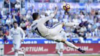 Aksi bintang Real Madrid, Cristiano Ronaldo melakukan tendangan salto saat melawan Deportivo Alaves pada lanjutan La Liga Spanyol di Mendizorroza stadium, Vitoria, (29/10/2016). (AP/Alvaro Barrie)