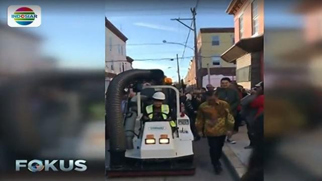 Wali Kota Surabaya Tri Rismaharini mengemudikan mobil penyapu sampah di Kota Philadelphia, Pennsylvania, Amerika Serikat.