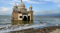 Masjid Terapung Palu di Pantai Talise. (Liputan6.com/Dinny Mutiah)