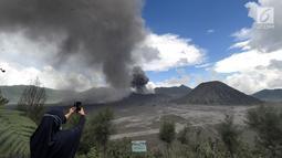 Wisatawan mengabadikan gambar erupsi Gunung Bromo di kawasan Ngadisari, Probolinggo, Jawa Timur, Senin (25/3). Erupsi Gunung Bromo dengan status level II (waspada) menjadi daya tarik bagi wisatawan untuk menikmati atraksi alam. (merdeka.com/Arie Basuki)