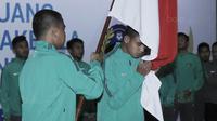 Pemain Timnas U-22, Miftahul Hamdi, mencium bendera saat acara pelepasan Timnas Indonesia U-22 di Makostrad, Jakarta, Kamis (10/8/2017). PSSI resmi melepas para atlet untuk berlaga di Sea Games 2017 Malaysia. (Bola.com/M Iqbal Ichsan)