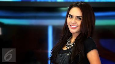 Artis seksi Anggita Sari saat syuting program live streaming Liputan6.com bertajuk Dear Haters di SCTV Tower, Jakarta, Kamis (7/1). Nama model panas itu ramai dibicarakan publik sejak munculnya kasus prostitusi online artis. (Liputan6.com/Gempur M Surya)