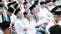 Marbot masjid Jakarta yang diberangkatkan untuk umrah mendengar kata sambutan Gubernur DKI Jakarta Anies Baswedan di Balai Kota, Jumat (9/11). Para marbot berasal dari masing-masing kelurahan di berbagai wilayah Jakarta. (Liputan6.com/Immanuel Antonius)