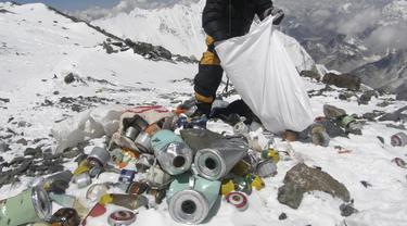 Anggota tim ekspedisi pembersihan Gunung Everest sedang mengumpulkan sampah yang ditinggalkan pendaki (AFP/Namgyal Sherpa)