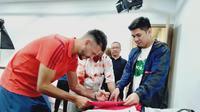 Allianz Explorer Camp Asia Ambassador & FC Bayern Legend, Martín Demichelis (kiri), sedang menandatangani jersey milik fans, Minggu (23/6/2019).