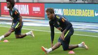 Striker timnas Brasil, Neymar, menjadi magnet saat berlangsungnya sesi latihan di Stadion Ernst Happel, Wina, Sabtu (9/6/2018) sore waktu setempat. (Bola.com/Reza Khomaini)