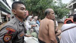 Petugas gabungan mengevakuasi warga saat banjir merendam permukiman Cipinang Melayu, Jakarta, Rabu (1/1/2020). Hujan yang terus mengguyur Jakarta sejak Selasa sore (31/12/2019) mengakibatkan banjir di sejumlah titik di wilayah Jakarta dan sekitarnya. (merdeka.com/Iqbal S Nugroho)