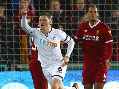 Pemain Swansea City, Alfie Mawson (tengah) merayakan gol usai membobol gawang Liverpool pada lanjutan Premier League di Liberty Stadium, Swansea, (22/1/2018). Liverpool kalaj dari Swansea 0-1. (AFP/Geoff Caddick)