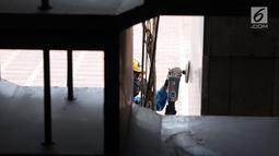 Pekerja beraktivitas membersihkan tiang-tiang Masjid Istiqlal, Jakarta, Selasa (18/6/2019). Pemerintah merenovasi dan memperbaiki struktur bangunan Masjid Istiqlal yang merupakan salahsatu cagar budaya dengan anggaran sebesar Rp465 miliar. (Liputan6.com/Helmi Fithriansyah)
