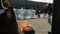 Aktivis berunjuk rasa menuntut penuntasan kasus dugaan eksploitasi Hutan Mapongka Tana Toraja di Kantor Kejati Sulsel (Liputan6.com/ Eka Hakim)