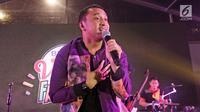 Aksi Giring Nidji saat tampil di panggung BRIZZI Vidio Fair 2017. (Herman Zakharia/Liputan6.com)