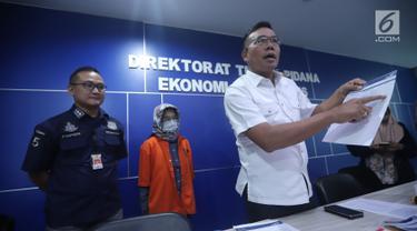 Wadir Tipideksus Bareskrim Polri, Kombes Pol Daniel Tahi Monang Silitonga menunjukkan barang bukti saat rilis di Jakarta, Rabu (17/10). Bareskrim mengungkap penipuan dan penggelapan saham dengan kerugian Rp 55 Milliar. (Liputan6.com/Helmi Fithriansyah)
