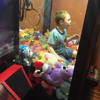 Bocah bernama Mason terjebak dalam mesin mainan. (Sumber Foto: Facebook)