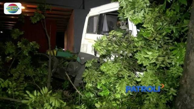 Pembatas tol roboh akibat truk kontainer menabrak sebuah minibus di Tol Jakarta-Tangerang pada Senin (17/11) dini hari.