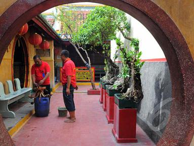 Menjelang imlek, beberapa petugas melakukan berbagai persiapan di Klenteng Boen Tek Bio, Tangerang, Selasa (10/2/2015). (Liputan6.com/Faisal R Syam)