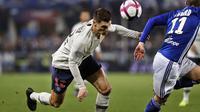 Gelandang Paris Saint Germain (PSG), Thomas Meunier, menyundul bola saat melawan RC Strasbourg pada laga Liga 1 Prancis di Stadion Stade de la Meinau, Rabu (5/12). Kedua tim bermain imbang 1-1. (AP/Jean-Francois Badias)