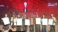 Liputan6.com diwakili Pemimpin Redaksi Irna Gustiawati menerima penghargaan Anugerah Adikarya Wisata 2019. (Liputan6.com/Dinny Mutiah)