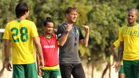 Wolfgang Pikal memimpin latihan Persebaya di Lapangan Polda Jatim, Surabaya, Rabu sore (4/9/2019). (Bola.com/Aditya Wany)
