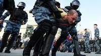 Ribuan demonstran turun ke jalanan Moskow, Rusia, menuntut agar anggota oposisi diizinkan mencalonkan diri dalam pemilu lokal. (AFP)