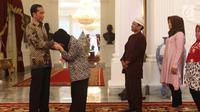 Siti Aisyah mencium tangan Presiden Joko Widodo di Istana Merdeka, Jakarta, Selasa (12/3). Siti dibebaskan dari dakwaan hukum kasus pembunuhan Kim Jong Nam di Pengadilan Tinggi Shah Alam, Kuala Lumpur, Malaysia. (Liputan6.com/Angga Yuniar)