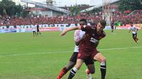 Gelandang serang PSM Makassar, Wiljan Pluim, mendapatkan kawalan dari pemain Persipura Jayapura, di Stadion Andi Mattalatta Mattoangin, Minggu (4/11/2018). (Bola.com/Abdi Satria)