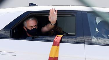 Foto Liga Italia: Penampakan Perdana Jose Mourinho di Markas AS Roma, Disambut Meriah Suporter Serigala Ibu Kota