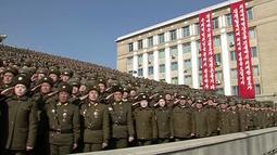Tentara militer Korea Utara memberi hormat saat mengikuti parade militer di Pyongyang, Korea Utara (8/2). Unjuk kekuatan teknologi militer ini digelar bersamaan dengan datangnya ratusan atlet dan official Korea Utara ke Korea Selatan. (KRT via AP Video)