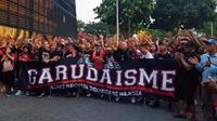Pekerja migran Indonesia mendukung Timnas Indonesia melawan Singapura di Piala AFF 2018, Jumat (9/11/2018). (Bola.com/Zulfirdaus Harahap)