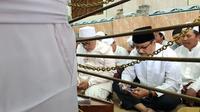Pertemuan kali ini digelar usai Gus Ipul dan KH Idris Hamid berziarah ke makam KH Abdul Hamid yang berada tepat di belakang masjid Jami Pasuruan.