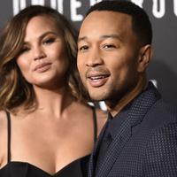 John Legend tengah bahagia dengan kehadiran anak keduanya, memperlihatkan sebagian payudara istrinya, Chrissy Teigen (AP Photo)