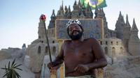 Marcio Mizael Matolias telah tinggal di kastil pasir buatannya sendiri selama lebih dari 22 tahun. (AFP)