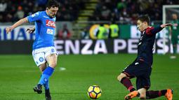Bek Cagliari, Filippo Romagna berebut bola dengan pemain Napoli, Mario Rui pada laga pekan ke-26 Serie A di Sardegna Arena, Selasa (27/2). Napoli memantapkan posisi di puncak klasemen sementara Liga Italia 2017/2018. (ALBERTO PIZZOLI / AFP)