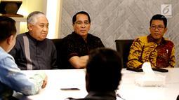 Din Syamsuddin (kiri) bersama Aliansi Masyarakat Peduli Tragedi Kemanusiaan Pemilu 2019 saat menemui Ketua DPR Bambang Soesatyo di Kompleks Parlemen, Jakarta, Selasa (14/5/2019). Pertemuan membahas banyaknya petugas KPPS yang meninggal dalam Pemilu 2019. (Liputan6.com/ JohanTallo)