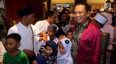 Ketua DPR RI Bambang Soesatyo saat menggelar halalbihalal di kediamannya di Jakarta, Jumat (15/6). Kegiatan rutin dalam rangka merayakan hari raya Idul Fitri 1439 H ini dihadiri oleh pejabat, legislator serta masyarakat umum. (Liputan6.com/Johan Tallo)