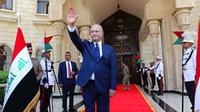 Presiden Irak yang baru terpilih, Barham Salih, melambaikan tangannya setelah upacara pelantikan di Baghdad, Irak, Rabu, 3 Oktober 2018 (AP PHOTO via VOA Indonesia)