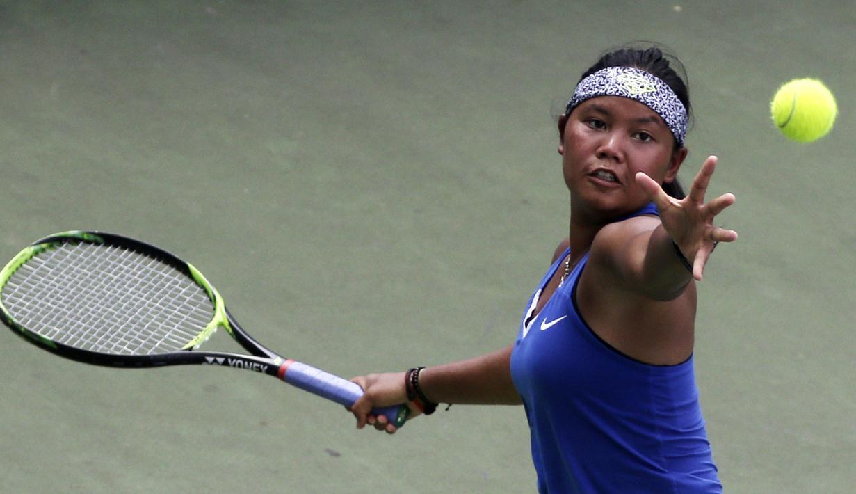 Petenis Indonesia, Rifanty Kahfiani, melakukan servis saat ITF Women's Circuit di Elite Club Epicentrum, Jakarta, Selasa (18/6). Turnamen tingkat internasional ini diikuti sejumlah petenis Asia dan Eropa. (Bola.com/Yoppy Renato)
