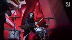 Aksi drummer Band Anak Langit, Dylan Carr saat tampil dalam acara SCTV Music Awards 2018 di Studio Emtek, Jakarta, Selasa (27/4). (Liputan6.com/Faizal Fanani)