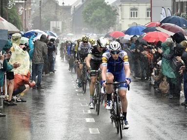 Para pebalap memacu sepedanya saat stage kedua balapan Tour de France di Leige, Belgia, Minggu (2/7/2017). Stage kedua menempuh kota Dusseldorf, Jerman hingga Leige, Belgia yang berjarak 203,5 kilometer. (AFP/Philippe Lopez)
