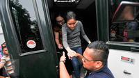Tersangka kasus pembunuhan Wayan Mirna Salihin, Jessica Kumala Wongso dibantu petugas turun dari mobil tahanan kejaksaan, di Rutan Pondok Bambu, Jakarta Timur, Jumat (27/5). Jessica juga didampingi oleh tim kuasa hukumnya. (Liputan6.com/Yoppy Renato)