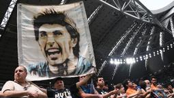 Suporter Juventus membentangkan poster Gianluigi Buffon saat melawan Verona pada laga Serie A Italia di Stadion Allianz, Turin, Sabtu (19/5/2018). Laga ini menjadi yang terakhir bagi Buffon setelah 17 tahun membela Juventus. (AFP/Marco Bertorello)